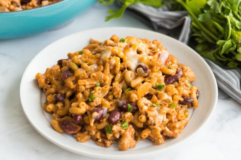 Macaroni au fromage, chili et dindon